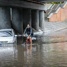 Uostamiestį skandino lietus: patvino gatvės, kiemai