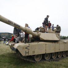 Klaipėdiečiai naudojosi proga apžiūrėti karinę techniką: ant tankų lipo ne tik vaikai
