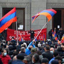 Armėnijoje atstatydinti jau pusė vyriausybės narių