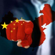 """Kinija sukritikavo """"beprotiškas"""" JAV sankcijas dėl Honkongo"""