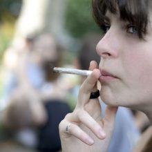 Tyrimas: ES jaunimas vartoja mažiau alkoholio, o tabaką keičia į kanapes