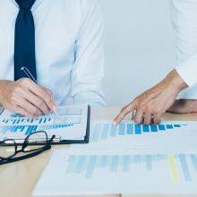 Tyrimas: investuotojai pozityviau vertina politinės aplinkos stabilumą šalyje