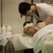 Ministerija: nuo pirmadienio galės būti teikiamos masažo paslaugos, galės veikti prekybos centruose esantys salonai
