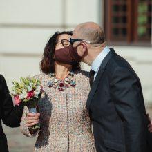 Vestuvės karantino sąlygomis: jaunųjų bučinys – per kaukes