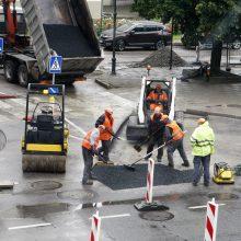Klaipėdos gatvės primena kliūčių ruožą: po remonto žiro akmens skalda
