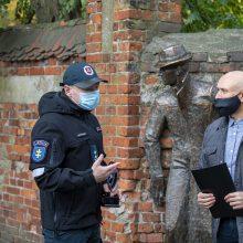 """Prie """"Seklio"""" pasirašė aktą: nuo šiol skulptūra priklauso policijos pareigūnams"""