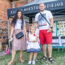 Prie Kauno pilies – šeimų šurmulys: rankos taiklumą bandė šaudant iš lanko