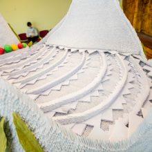Lemiama akimirka: mokinių origami gulbė pretenduoja į Lietuvos rekordų knygą
