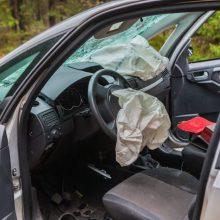 Mažeikių rajone – avarija: aštuoniolikmetė automobiliu trenkėsi į kombainą ir nuvažiavo nuo kelio