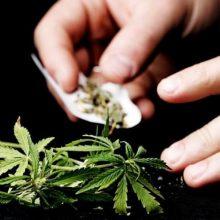 Devyniolikmečio namuose – ne tik narkotikai, bet ir folija, svarstyklės bei malūnėlis