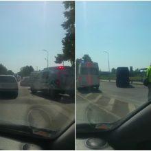 Tragiškas įvykis Alytuje: automobilis partrenkė per perėją ėjusią moterį su vaiku