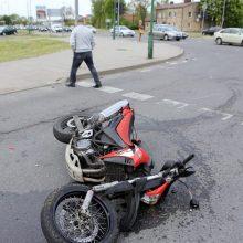 Automobilis sužalojo du septyniolikmečius motociklininkus