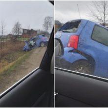 Incidentas pajūryje: automobilis nuvažiavo nuo kelio