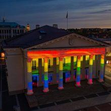 Dieną prieš homofobiją Vilniaus rotušė pasipuošė LGBT vėliavos spalvomis