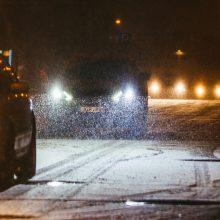 Prašo vairuotojų neskubėti: eismo sąlygas sunkina šlapdriba ir snygis