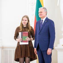 Prezidentas apdovanojo Konstitucijos egzamino nugalėtojus