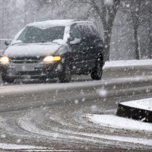 Įspėja: kai kurie rajoniniai keliai vietomis išlieka slidūs dėl sniego