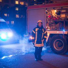 Nakties gaisras daugiabutyje: nelaimę prišaukė perkrautas ilginamasis laidas