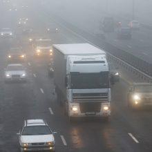 Kai kuriose apskrityse eismo sąlygas sunkina rūkas