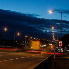 Įspėja vairuotojus dėl gūsingo šoninio vėjo: laikykitės saugaus greičio ir atstumo