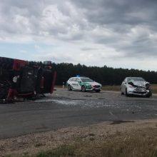 """Po smūgio su """"Toyota"""" traktorius apvirto, vairuotojas – ligoninėje"""