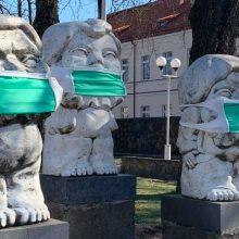 Nustebino akcija: kaukes pasiuvo ir miestų skulptūroms