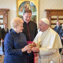 Prezidentė padėkojo popiežiui už vizitą į Lietuvą, įteikė medaus