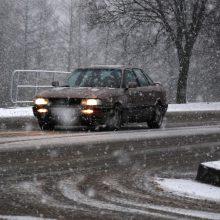 Įspėja vairuotojus: eismo sąlygas gali sunkinti vėjas ir šlapdriba