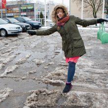 Pasirengimą šventėms lydi pėsčiųjų traumos ir eismo spūstys