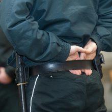 Du policininkus sužalojo bute siautėjęs vyras