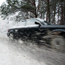 Keliai – slidūs: vietomis eismo sąlygas sunkina snygis