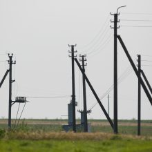 ESO reikalauja gyventojų nugriauti metalines tvoras prie elektros stulpų