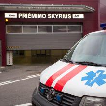 Per taksi avariją nukentėjusią mažą mergaitę medikai išvežė į ligoninę