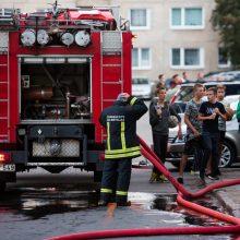 Daugiabutyje Baltupiuose užsiliepsnojo balkonas: evakuoti penki žmonės