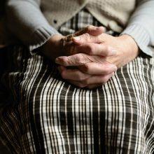 Tyrimas: globos namų specialistai dažnai nepagrįstai varžo gyventojų teises