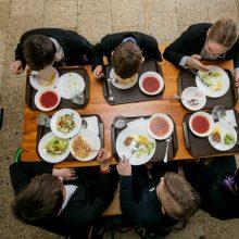 Ministerija siūlo nemokamai maitinti ir antrokus