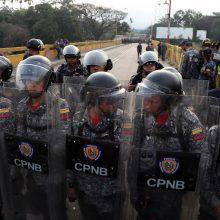 Trys Venesuelos kariškiai šarvuočiais pabėgo į Kolumbiją