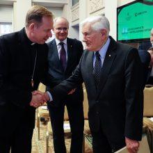 Už pasaulio lietuvių nuopelnus V. Adamkus apdovanotas Aukso Vyčiu
