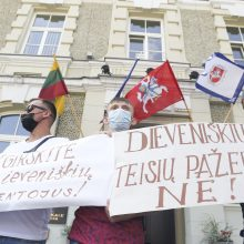 Dieveniškėse – protestas: minia žmonių reikalauja neapgyvendinti miestelyje migrantų