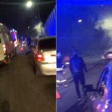 Vilniuje naktį įsirėžęs į atitvarą užsiliepsnojo automobilis