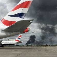 Šalia Londono oro uosto įsiplieskė didžiulis gaisras, griaudėjo sprogimai
