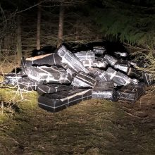 Prie geležinkelio bėgių Radviliškio rajone rasta per 50 tūkst. pakelių kontrabandinių rūkalų