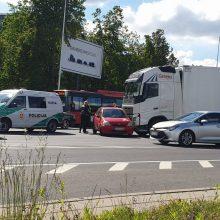Vilniuje lengvasis automobilis susidūrė su sunkiasvoriu: formuojasi spūstys