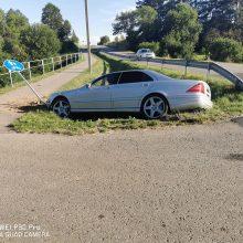 """Trakų rajone į griovį nuvažiavo """"Mercedes-Benz"""": vairuotojas paspruko"""