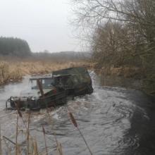 Peržengtos ribos: draustinį ir upę vyras niokojo vikšrine amfibija