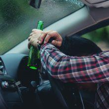 Kauno pareigūnams įkliuvo girtutėliai vairuotojai: vienas rėžėsi į stovinčią mašiną