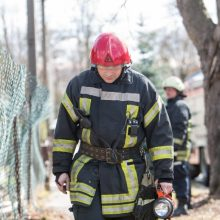 Ugniagesių pajėgos išlėkė į Jonavą: balkone kilo gaisras