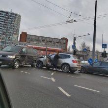 Avarija Kareivių gatvėje: išvažiuojant iš stovėjimo aikštelės – BMW smūgis