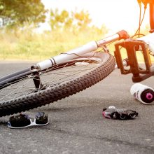 Po manevrų kelio viduryje neblaivus dviratininkas susidūrė su krovininio automobilio puspriekabe
