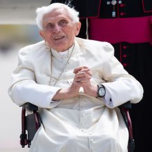 Popiežius emeritas aplankęs brolį grįžta į Vatikaną